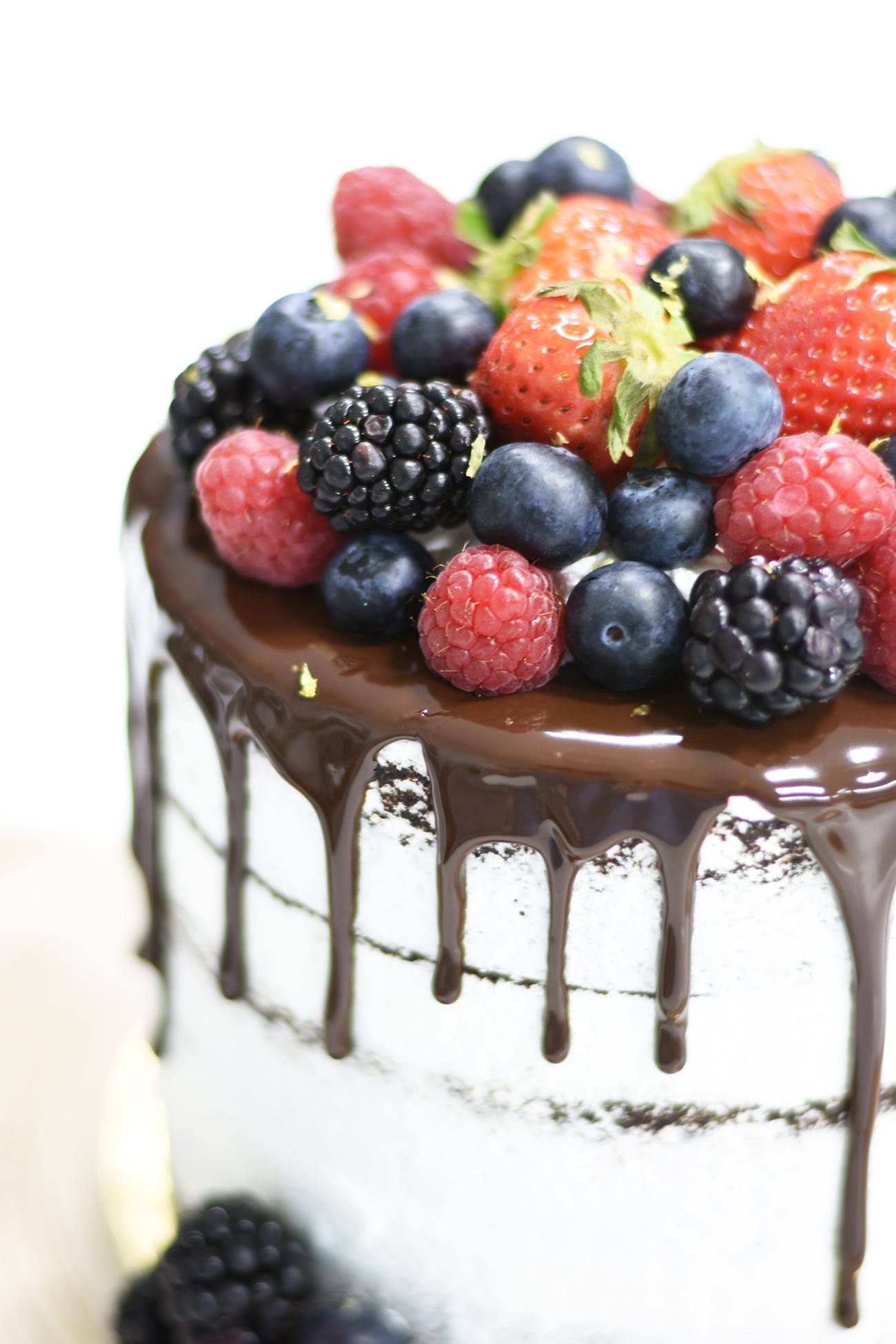 Tarta desnuda de chocolate con frutos del bosque - La